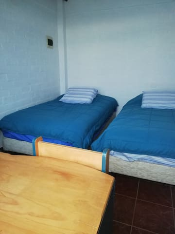 Esta habitación en el segundo piso tiene dos cómodas camas de casi dos plazas cada una.