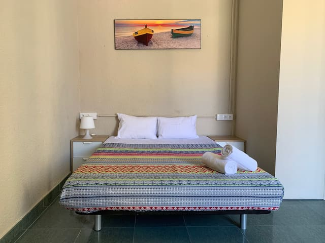 Double room with balcony 3min from Las Ramblas (E)