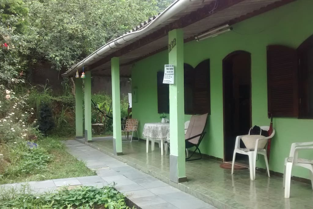 Foto antiga da Parte Frontal da casa, a kitinete fica na lateral dessa casa. Agora a casa está lilás e sem as plantas.