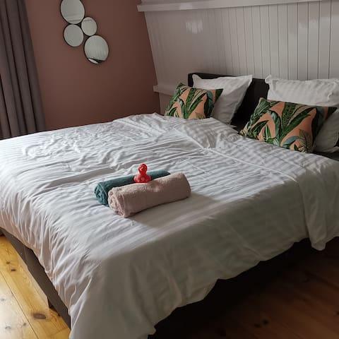 Luxe kamer met comfortabel bed in jaren 30 woning.