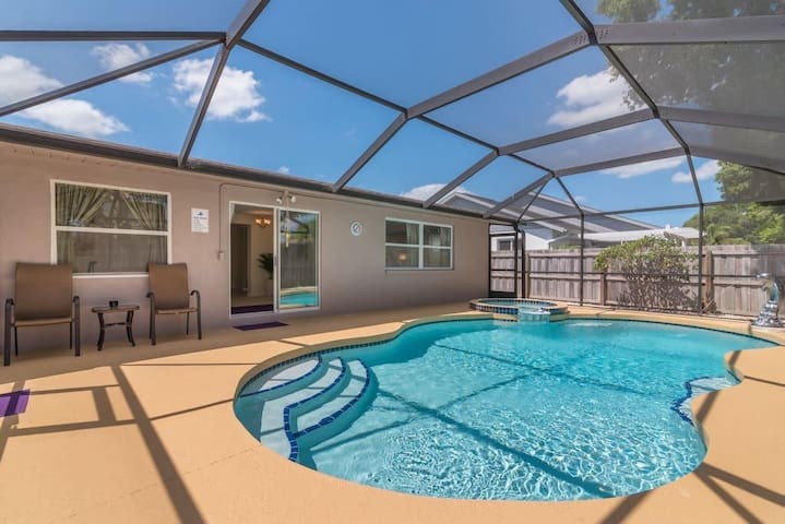 Spacious and beautiful Floridian Villa w/Pool/Tub!