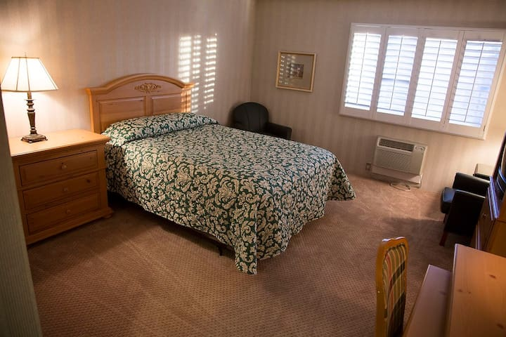 King Conference Center/Hotel - Queen Bed