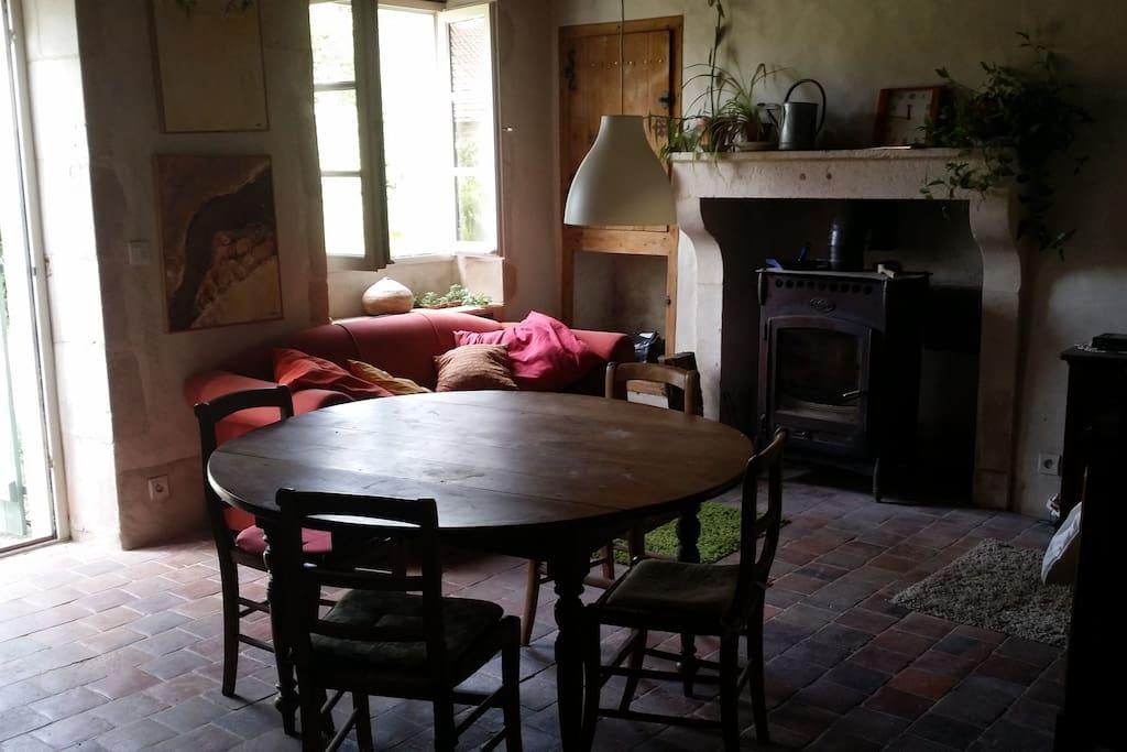 Salon avec poêle à bois, canapé et lit. (22m2)