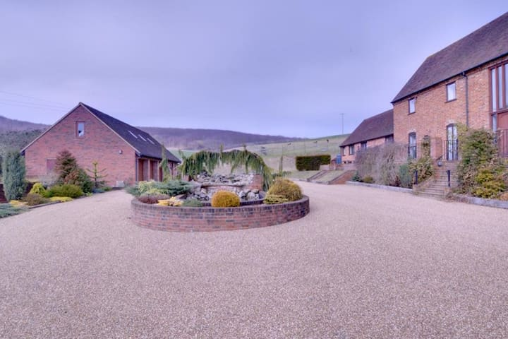 Quaint Holiday home in Boughton Lees with Garden