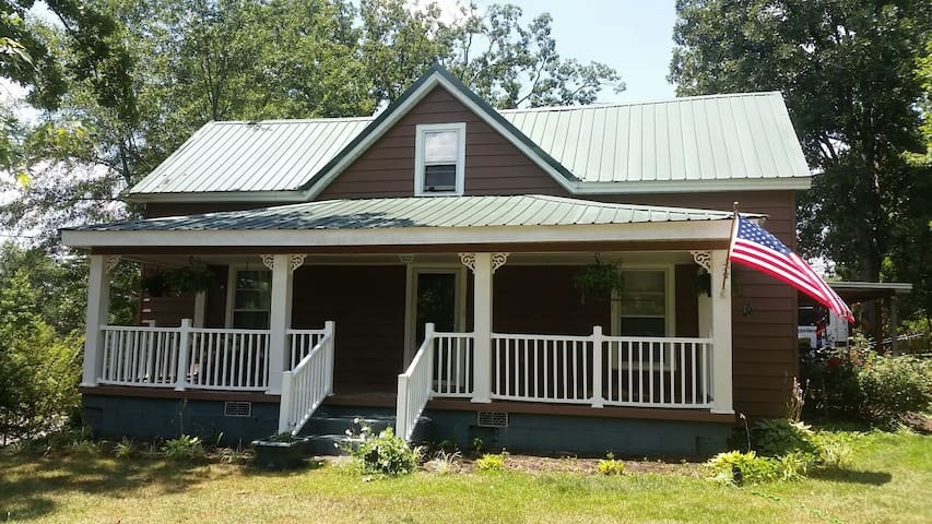 Quaint 1940's farmhouse on 2 acres - Travelers Rest - House