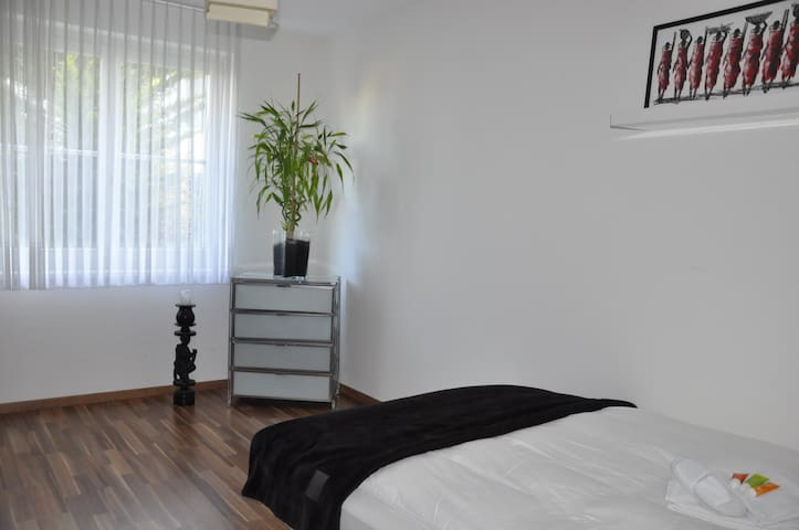 Privat room, close to fairground - Binningen - Apartamento