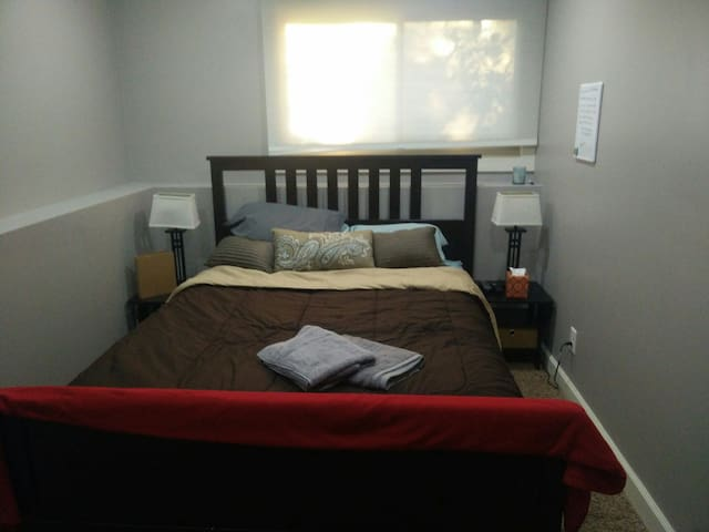 Cozy guest bed and bath - Roseville - Hus
