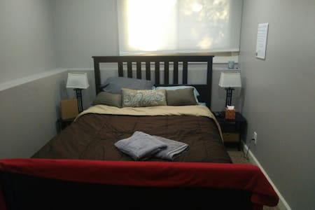 Cozy guest bed and bath - Roseville - Ház