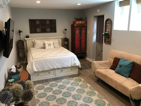 One Block from the Beach - Private Studio!