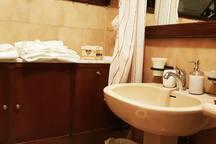 Secondo bagno pronto per gli ospiti: ogni bagno è dotato di: sapone mani, portaspazzolino, portasaponetta, bagnoschiuma, shampoo, asciugamani, tappetino scendidoccia (finiture alberghiere) e levette.