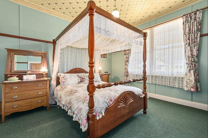Comstock Cottage Welcomes You, to a pleasant Stay