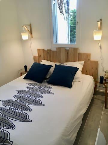 La chambre avec literie neuve et un grand placard. La fenetre donne sur le jardin
