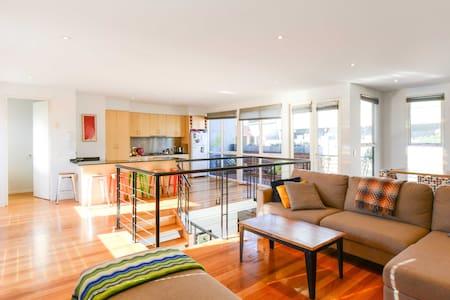 Stunning, Spacious, City-Edge Loft! - West Melbourne - House