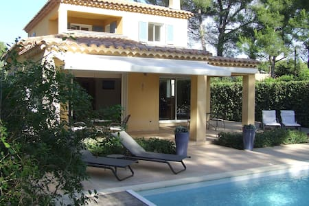 Top 20 sanary sur mer villa and bungalow rentals airbnb for Camping sanary sur mer avec piscine