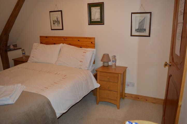 Cotenham Barn - Our Double Room - Panxworth - Penzion (B&B)