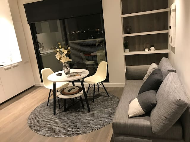 *NEW* Stunning Boutique 1BR Apt in Melb CBD