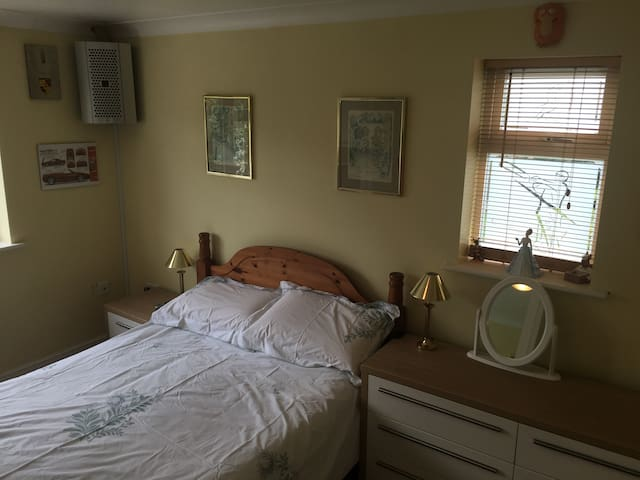 Double ensuite air con room in modern village home - Grandborough - House