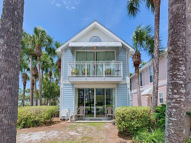 Comfortable, open cottage, Steps to the gulf, Close to dining
