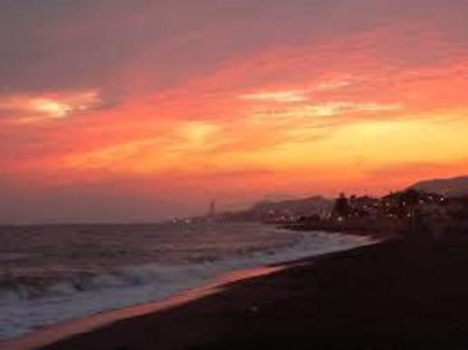 La playa por la noche donde podrás disfrutar de un paseo muy agradable.