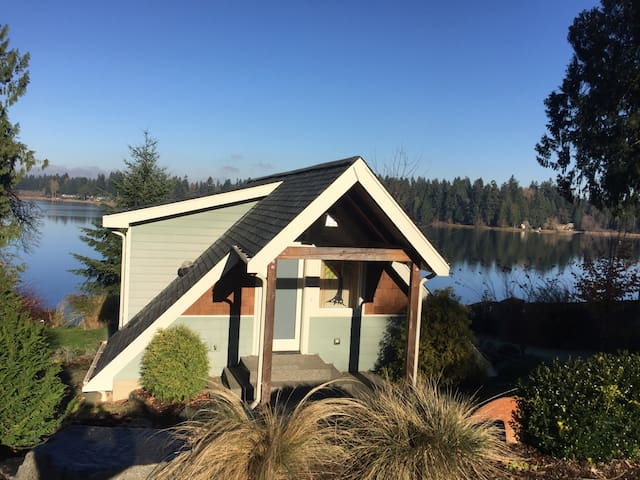 Beautiful lakefront cottage! - Olympia - House