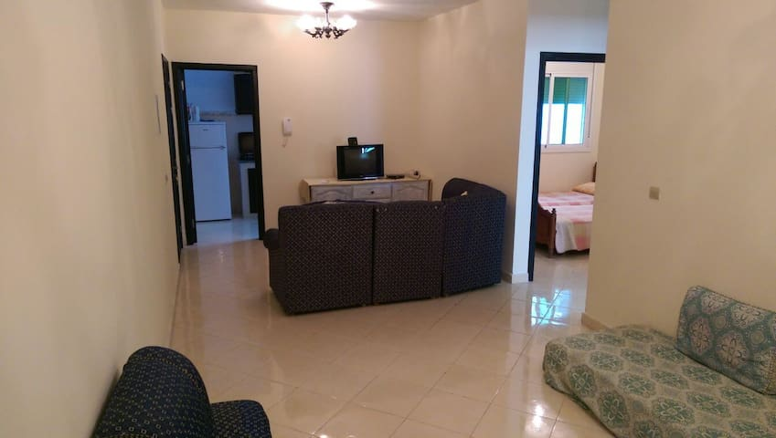 2 guest in a calming area close to airport, WIFI