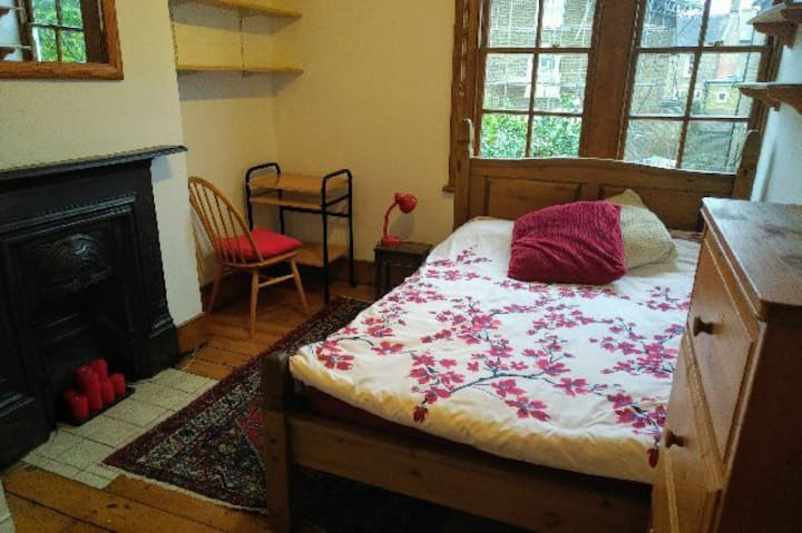 Large, sunny double room in Ealing