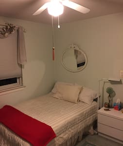 2BD Garden Apt. Queens. Express bus to NYC - Queens - Apartamento