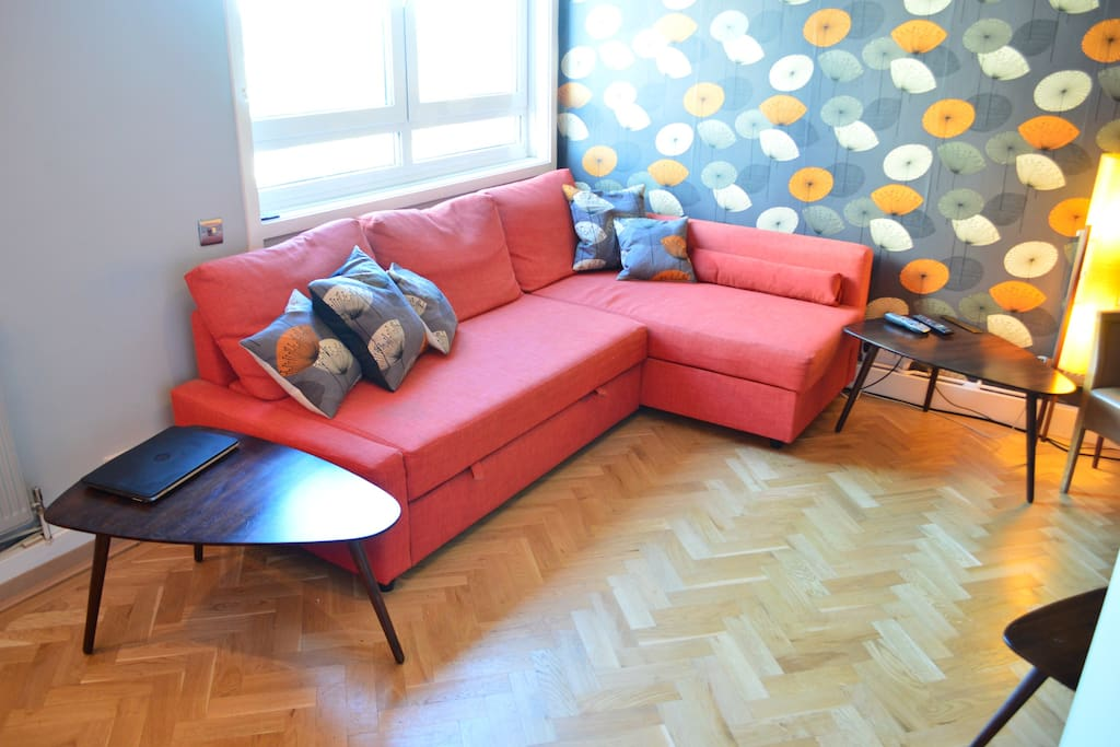 Oak wood floor, retro feel and comfy lounge seating