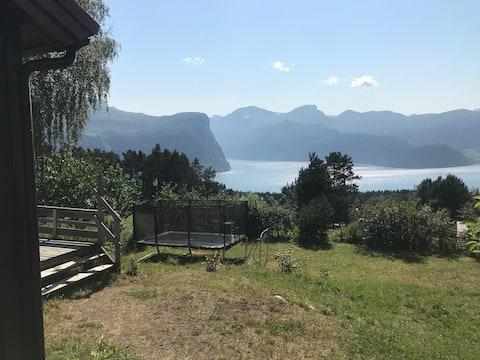 Hytte med panorama utsikt i Liabygda.