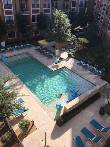 Lux 1 BdRm apt balcony over pool, grt locale VALUE