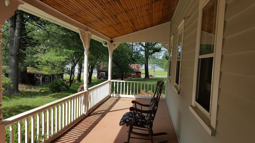 The porch with view of the lake