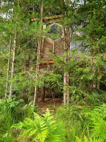 "Tiny treehouse ""Yöpuu"""