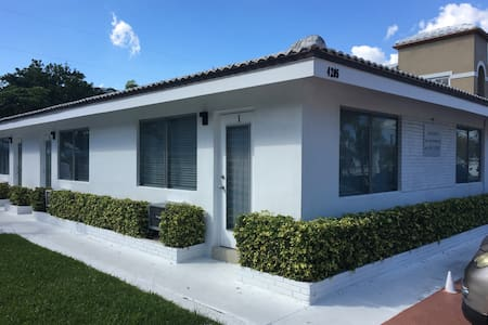 Charming 1 Bedroom Apartment (1 Block from Beach) - Lauderdale-by-the-Sea - Apartment