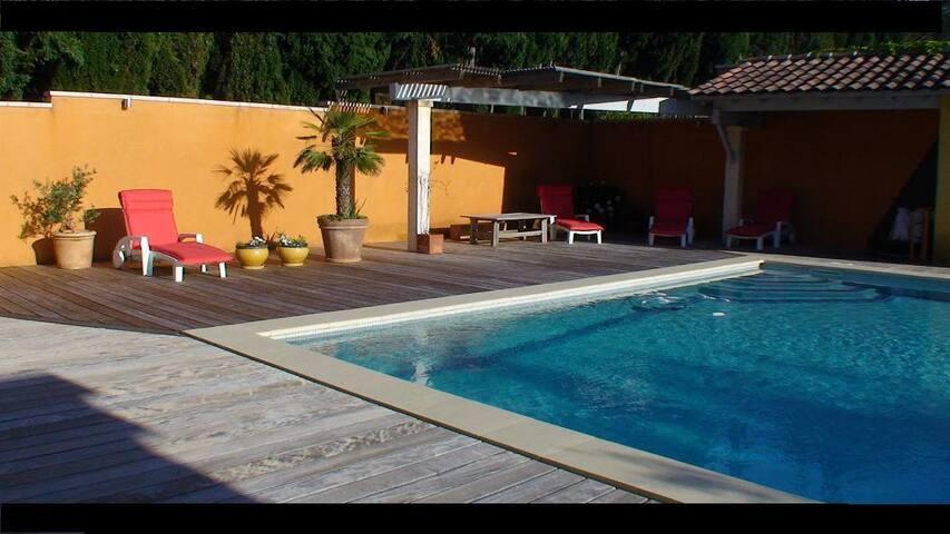 Très calme dans village avec piscine chauffée.