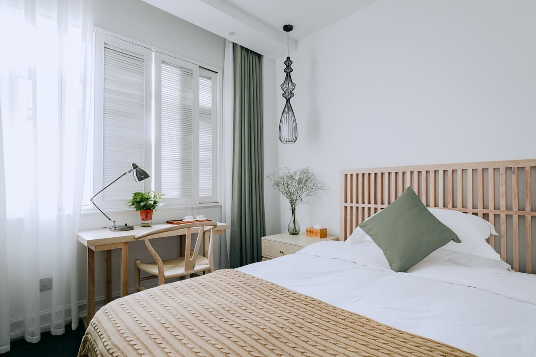 陌上花房间,是一个超级温馨的房间,平米虽然不是很大,但对于小情侣或一人商务出行是非常值得推荐的,房间干净、整洁、温馨、舒适...... 非常的安静。卫生间宽敞、明亮,各方面都是舒适的体验。拉开帘子阳光洒满屋子,即使遇到阴雨天气,也别有风情,尽情欣赏昆明说来就来的雨,说停就停的雨...... 房间内的所有配置均为五星级酒店标配,床垫、床上用品及布草均为五星级酒店专供康乃馨品牌。房间的内饰及洗护用品均是房东花心思精心挑选摆配,请您安心入睡,放心使用。许院民宿,专注于每一个细节,为您提供旅途中最温馨的家!