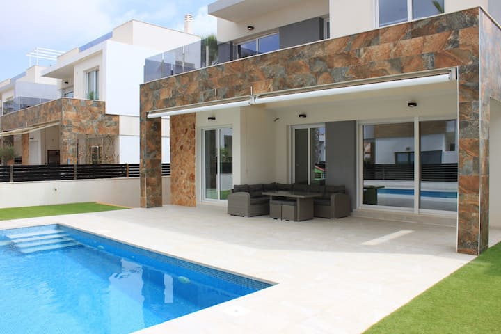 Villa in Torrevieja with pool close to beach