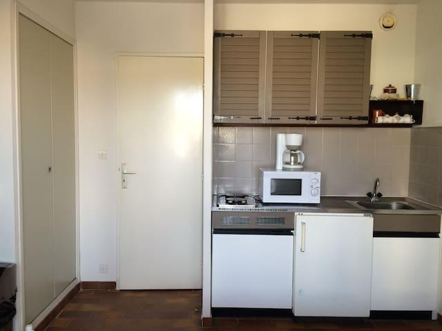 kitchenette  et placard avec penderie