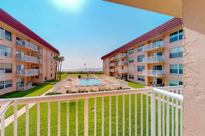 Waterfront condo w/balcony, courtyard, shared pool & beach access