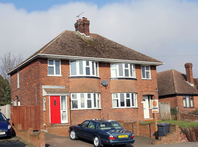 Canterbury Fully Fitted Cosy Room in a 3-Bed House