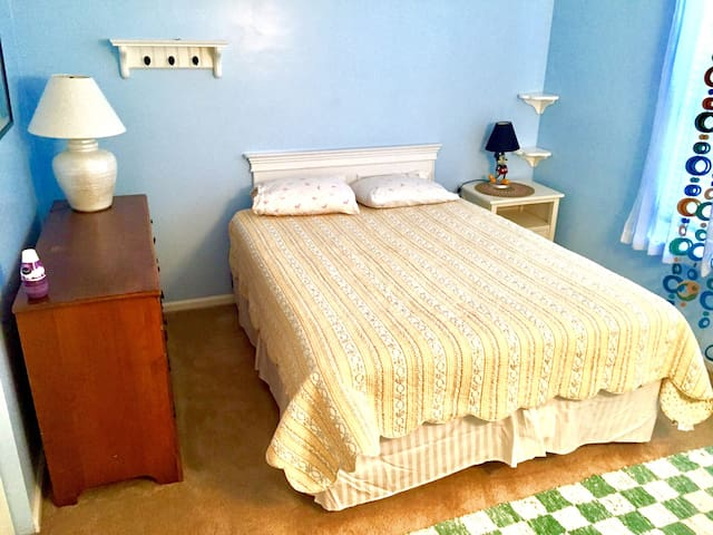 1 Single bedroom w/ bed & bathroom avail. in House