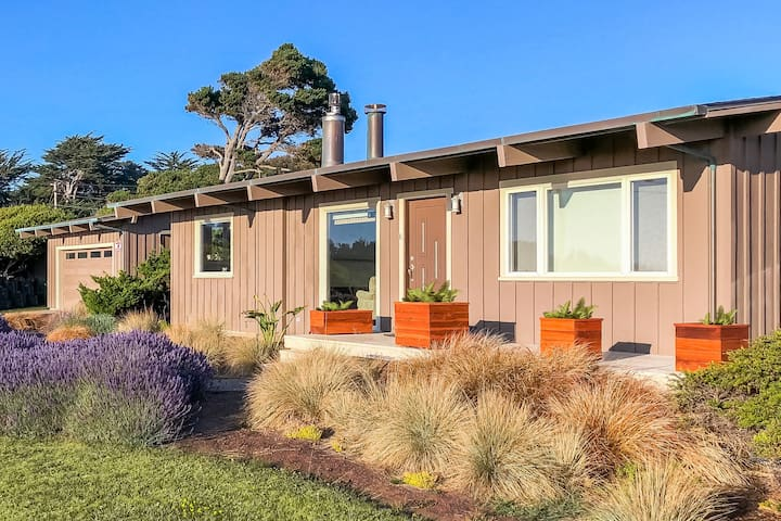 Gorgeous, dog-friendly, oceanview home with private hot tub