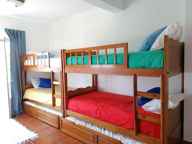 3 Quarto com 4 camas