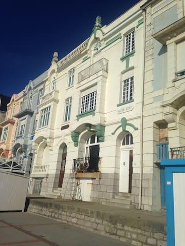Villa familiale typique face à la mer