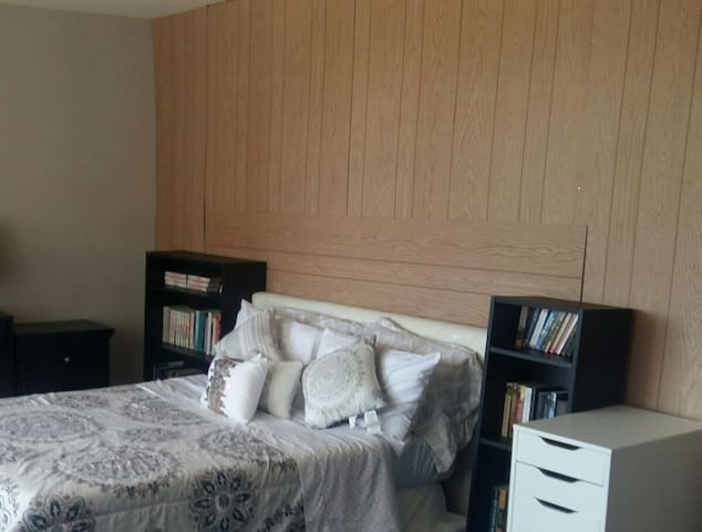 Private Room in Crystal City.  A Block From Metro.