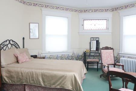 Eden with Queen and Double Beds - Gananoque