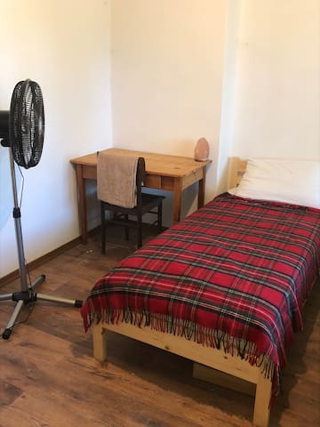 Clean and comfy single room in rural retreat