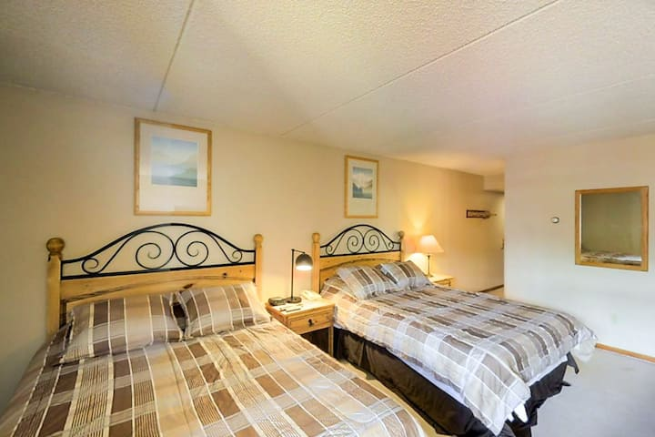 Cozy Efficiency in Village Square, walk to slopes w/shared hot tub!