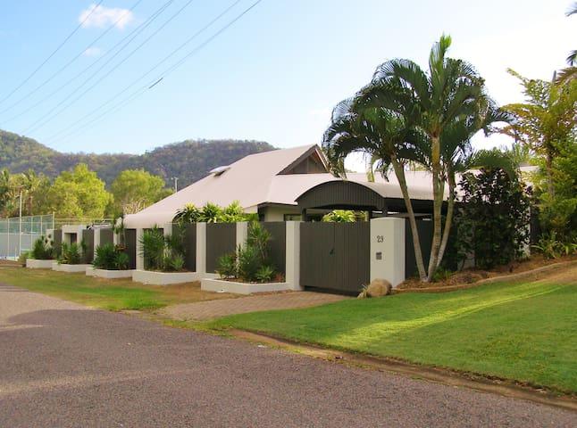 4 Bedroom Villa  - in a resort - Nelly Bay - House