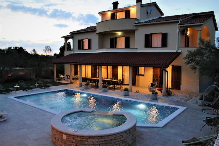Villa sleeps 20, Pool,9 bdrs, 7 baths, fitness,SPA