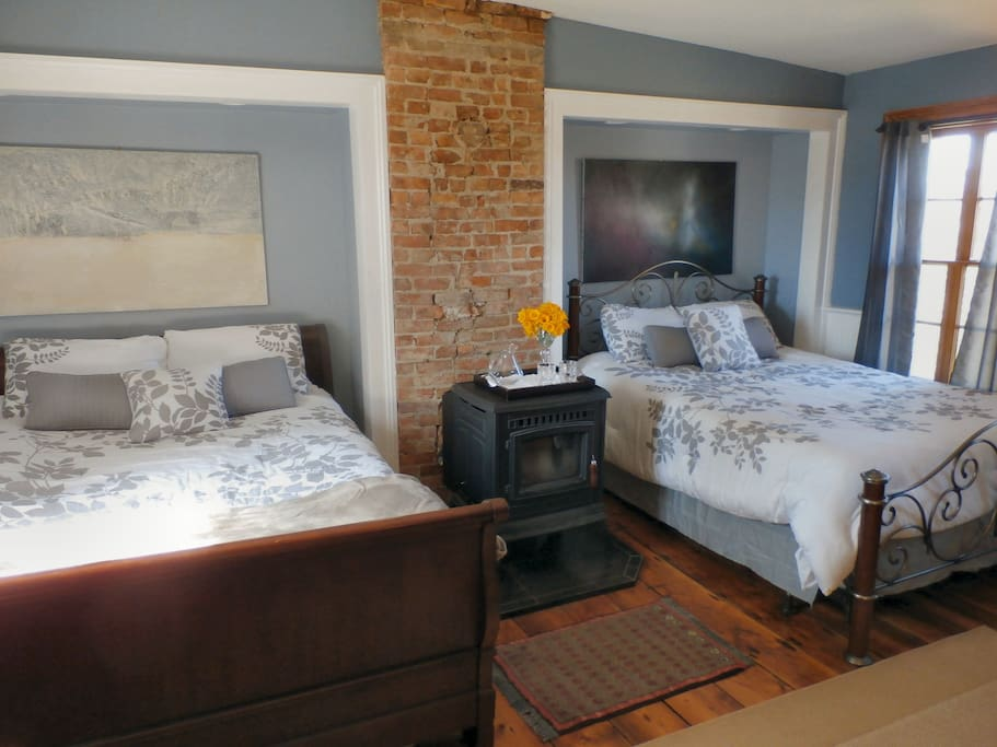 2 queen size beds with stone brick partition